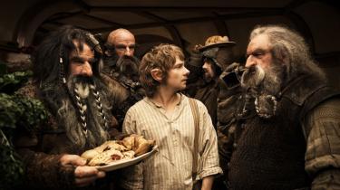 Der er noget med tempoet og rytmen i 'Hobbitten: En uventet rejse', som ikke fungerer. Snakkescener afløses af kampscener, der afløses af flugtscener, uden at man for alvor bliver engageret i noget af det, men faktisk keder sig bravt, mener Informations filmredaktør.