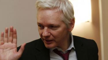 I et halvt år har Wikileaks stifter, Julian Assange siddet på Ecuadors ambassade i London. I et sjældent interview fortæller han om sygdomsrygter, paranoia, sin nye bog og fremtidens overvågningssamfund. Og erkender, at han måske aldrig vil slippe fri