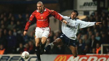 Genistreg. Eric Cantona tromler igennem Tottenhams Ramos Vega under et opgør midt i 1990'erne. Manchester Uniteds køb af Cantona for 20 år siden blev regnet som en panikhandling af en presset træner. Det viste sig at være en genial redning af både træneren, holdet – og Cantona.