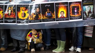 På tre år har 95 tibetanere sat ild til sig selv i protest mod Kinas undertrykkelse af deres særlige kultur. Demonstrationen, der gør opmærksom på selvafbrændingernes ofre, ville være utænkelig i selve Tibet, men foregår i New York uden for FN's hovedkvarter . Det er en sympatitilkendegivelse mo  d de undertrykte tibetanerne.