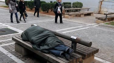 Kun Grækenland havde helt grundlæggende problemer, som skyldtes en manglende sammenhæng mellem skatteindtægter og offentlige udgifter. Alligevel er det den græske tragedie, der har fået lov at definere, hvordan EU skal forholde sig til krisen, skriver dagens kronikør.  På billedet ses en hjemløs mand, som sover på en bænk i centrum af Athen