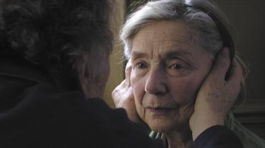 Intimitet. Meget sjældent er man, som hos denne enkle Haneke, blevet så præcist ført ind i noget så både gådefuldt og åbenlyst som alderdommens uundgåelige slutfase, hvor intimiteten mellem det ældre ægtepar  nu også er en skrøbelig, ydmygende afhængighed.