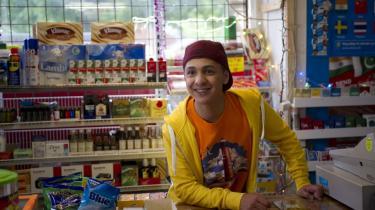 Stereotyp. Max' barndomsven Hassan (skønne Faysal Mobahritz)  skal indtage rollen som et politisk korrekt forventningsbrud, men understreger snarere stereotypien.