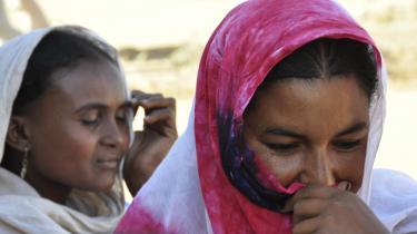 Næsten 350.000 malieere er flygtet fra deres hjem, næsten halvdelen til nabolande, herunder 8.000 til Goudebo-lejren. Folk tvinges fra hus og hjem til et område, der knap kan understøtte sine nuværende indbyggere. På billedet ses to maliske flygtninge i Goudebou-flygtningelejren, 20 kilometer fra den nordvestlige by Dori.