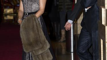 Når de danske kongelige rejser ud i verden som en del af et erhvervsfremstød, betyder det ikke, at der kommer flere i arbejde herhjemme. Dagens kronikør taler om de nære bånd mellem firmaerne og de kongelige reklamesøjler. Især kronprinsesse Mary viser sig villigt frem i sponsorprodukter, mener han.