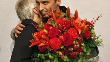 SF's daværende næstformand Mattias Tesfaye lykønsker Annette Vilhelmsen med valget i Den Sorte Diamant lørdag den 13. oktober. Men Annette Vilhelmsen var længe i tvivl om, hvorvidt hun skulle stille op mod Astrid Krag og Børnebanden.