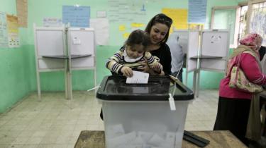 52 mio. egyptere ud af 83 mio. kunne stemme, men kun 17 mio. (32,9 procent) gjorde det. 10,7 mio. (63,8 pct.) stemte ja, mens 6,3 mio. (36,2 pct.) stemte nej til forfatningen. Her i Giza ved Kairo.