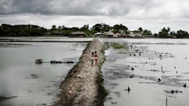 De fleste er klar over, hvad vores forbrug betyder for klimaet, men har samtidig svært ved at lave om på forbrugsvanerne, skriver dagens kronikør. Billede fra Bangladeshs kyst, som i maj 2009 blev ramt af cyklonen 'Aila', der ødelagde ca. to mio. menneskers hjem.