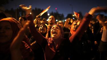 Magtkamp. Utilfredse egyptere gik på gaden i december måned for at protestere mod præsident Mohamed Mursi, der har forsøgt at øge præsidentembedets magt på bekostning af det retslige system. Mursi havde ikke regnet med den offentlige opinions styrke. Demonstrationerne samlede et bredt udsnit af befolkningen og fik meget større tilslutning end forventet, hvilket har været med til at undergrave tilliden til Det Muslimske Broderskab.