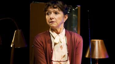 Sonja Oppenhagens øjne bliver sortere og sortere af angst i 'I al stilhed'. For hun forstår ikke selv, at hun er ved at blive ædt op af demens. Hun er bare bange.