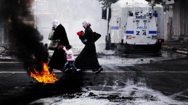 En kurdisk familie krydser vejen under et sammenstød mellem tyrkisk politi og kurdere, der krævede bedre fængselsforhold for Abdullah Öcalan, lederen af det kurdiske parti PKK. Den tyrkiske regering har nu indset, at der må findes en ordning med PKK.