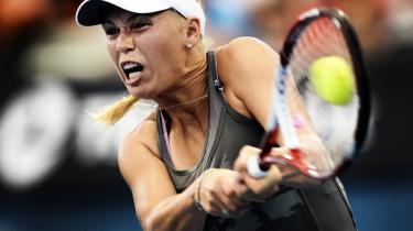 En chance. Fraværet af farmand Piotr under Australian Open, der begynder på mandag, er måske en tiltrængt chance for Caroline Wozniacki til at kæmpe sine egne kampe, begå sine egne fejl og spille for sin egen skyld.