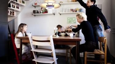 Børneopdragelse er hårdt arbejde, der kræver tid, tilstedeværelse og parathed til at tage konflikter. Dagens kronikør mener ikke, at to fuldtidsjobs som hovedregel kan forenes med ordentlig børneopdragelse.   Her ses en børnefamilie fra København.