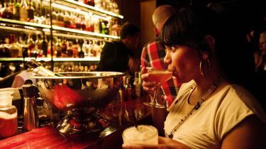 Alternativ. Cocktailscenen er et alternativ til den danske drikkekultur, hvor man enten går i brædderne eller helt afholder sig fra at drikke eller gå ud. The Union er en af de barer, hvor kvalitet, råvarer og sammensætninger dyrkes på samme høje gastronomiske niveau, som vi kender det fra kokke, sommelierer, kafferistere og mikrobryggere