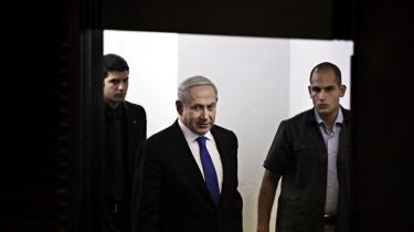 Israels præsident Benjamin Netanyahu ankommer til en pressekonference for at annoncere, at hans eget parti Likud og partietYisrael Beteinu vil slå sig sammen under valget i 2013. De foreløbige meningsmålinger viser, at Netanyahu vil blive genvalgt.