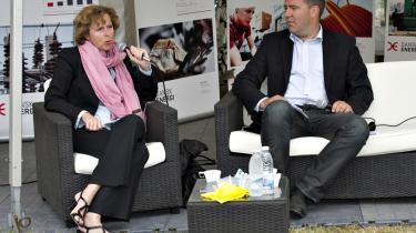 'Jeg siger ikke, man bare skal sætte afgifterne ned, men på sigt kan det blive vanskeligt at opretholde folkelig forståelse for et højt afgiftsniveau, uagtet at penge til velfærdssamfundet jo skal komme et eller andet sted fra,' siger Lars Aagaard fra Dansk Energi – her sammen med Connie Hedegaard.
