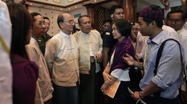 Myanmars præsident Thein Sein (nr. tre fra venstre) mødtes i går i Yangon med repræsentanter for ungdomsorganisationer fra Kachin.