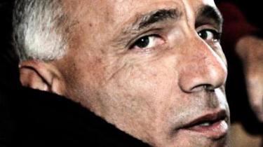 Whistlebloweren Mordechai Vanunu afslørede for et kvart århundrede siden Israels hemmelige atomprogram. I dag lever han et isoleret liv i det arabiske Østjerusalem. Helst ville han af med sit isralske statsborgerskab, men ingen vil give ham et nyt