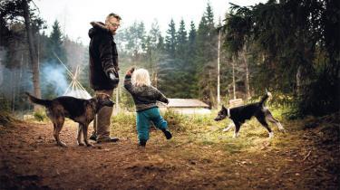 I 2011 trak familien Hejlskov stikket til det storforbrugende højhastighedssamfund og flyttede langt ud i den svenske skov, hvor livet føles tæt på og ægte. Familien er del af en ny autenticitetsbevægelse