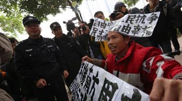 Journalisterne på den kinesiske avis Nanfang Zhoumo nedlagde i begyndelsen af januar arbejdet i protest mod den stadig strammere censur, og de fik støtte fra demonstranter uden for avisens kontorer i den sydlige Guangdong-provins.