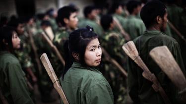 Medlemmer af Kachins oprørshær træner før kampe mod Myanmars regeringshær. Trods reformer i store dele af landet har Myanmar intensiveret borgerkrigen i Kachin.