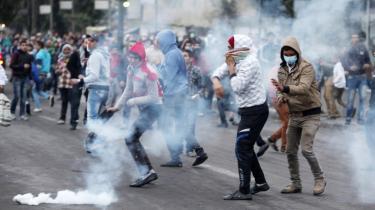 Demonstranter flygter fra tåregas affyret af politiet under kampe tæt ved Tahrirpladsen.