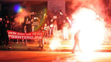 Kosovoalbanere protesterer efter de serbiske myndigheder fjernede et monument over albanske soldater, der under Kosovokrigen kæmpede mod serberne.