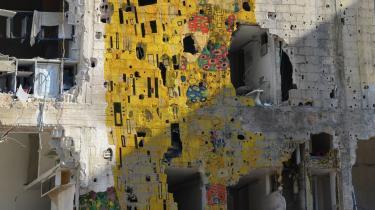 På en sønderbombet mur i Damaskus bruger kunstneren Tammam Azzam Gustav Klimts 'Kysset' til at skabe opmærksomhed omkring den ødelæggelse, der finder sted i Syrien. Kunstværket udstilles af Ayyam Gallery.