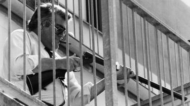 Koldkrigeren Hans Hetler yndede at posere dramatisk. Her er han fotograferet på terrassen til sin lejlighed – med våben klar til ny beskydning af den røde fare. Foto fra bogen