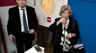 'Claes. Vi skal orientere Folketinget. Det giver ballade', skrev Birthe Rønn Hornbech i 2008 til sin departementschef.  Her ses de to ved ministerens afskedsreception.