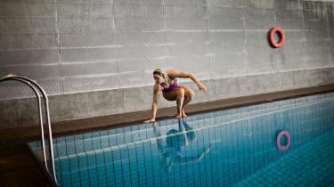 Det går ikke at være ulykkelig i 15 år for at blive verdens bedste svømmer. I hvert fald ikke i Danmark, hvor trænere, coaches og forskere bliver nødt til at arbejde målrettet med sportsfolkenes motivation for at få dem til at vinde guld. For kineserne og kenyanerne derimod kan alene udsigten til at komme ud af fattigdom gøre det samme