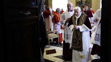 Pave Benedikt XVI er ofte blevet kritiseret for sin håndtering af det politiske ansvar, der følger med rollen som kirkens overhoved, særlig i forbindelse med håndteringen af  afsløringerne om katolske præsters seksuelle misbrug af mindreårige i en række lande.
