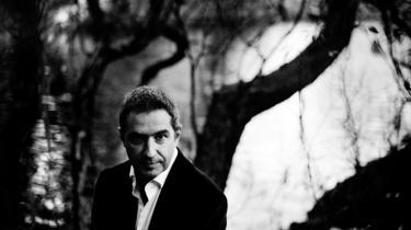 Pablo Llambías' nye bog 'Hundstein' er blevet centrum i en debat om anmelderi. En læser mener, at Erik Skyum-Nielsen anmeldelse af Pablo Llambías' 'Hundstein' er både subjektiv og moraliserende.