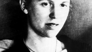 Sylvia Plath begik selvmord i 1963. Kort forinden havde hun udgivet sin eneste roman 'Glalsklokken. Efter sin død blev hun et femninstisk ikon for en  generation af kvinder.