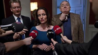 Ole Thestrup spiller Svend Åge Saltum, som er en højreorienteret, populistisk politiker, der frejdigt klipper haler over på små grisebasser på live TV. Tidligere dramachef i DR, Ingolf Gabold, erkender at tv-serien 'Borgen' kan give et karikeret billede af virkeligheden. Men det er fiktionens vilkår.