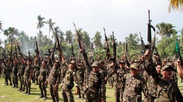 I oktober 2012 blev fredsaftalen, som endte fire årtiers konflikt mellem den filippinske regering og den islamiske oprørshær, MILF, underskrevet. Her fejrer soldater fra den islamiske oprørshær, MILF, underskrivningen.
