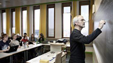 Villy Sørensen skrev, at han lærte mange ting i gymnasiet, men at han først og fremmest 'lærte at lære noget'. Det er derfor, vi går i gymnasiet; for at lære at lære noget, for at lære, at der er noget at lære, og for at lære, at vi kan være fælles om det. Her Skt. Annæe Gymnasium i Valby. Arkiv