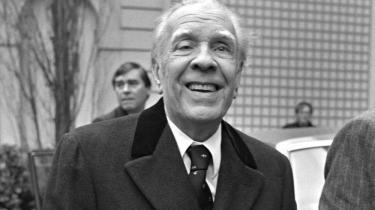 Borges er et levende system af litterære referencer, som aldrig forældes. Han er tidløs i en grad, som er forundt de færreste. Borges fornyer litteraturen ved at holde sig til traditionen, uddybe den, lege med den. Enhver af hans fiktioner udgør en uudtømmelig brønd, skriver Ib Michael i dette essay