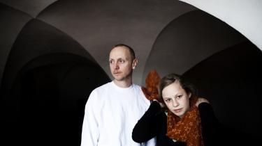 Emil Urhammer og Helene Albinus Søgaard synes, at det er pinligt, at vi forbruger klodens ressourcer uden hensyntagen til fremtiden. De er en del af en gruppe unge, som vil forsøge at få politikerne i tale – emnet er, hvordan vi omstiller samfund og økonomi mere langsigtet.