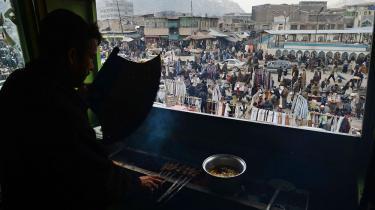 Afghanere på et marked i Kabul. Civile afghanere, der hjælper Kazai-regeringen eller koalitionsstyrkerne i landet, er blevet mål for Talebans angreb