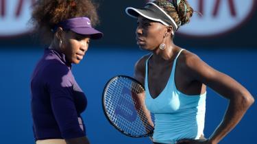 Louisiana havde premiere på en dokumentarfilm om de to amerikanske tennisstjerner, Serena Williams (tv.) og søsteren Venus Williams, her under Australian Open i Melbourne den 17. januar i damedouble mod Camila Giorgi fra Italien og Stefanie Voegele fra Schweiz.