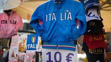 En italiensk fodboldtrøje på tilbud på et marked i Rom. Den italienske økonomi og politiske situation sætter stadig grå hår i hovedet på Europas økonomer.
