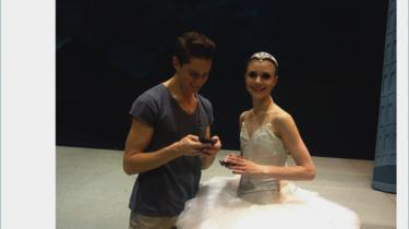 Den Kongelige Ballet eksperimenterer med såkaldt onlinesæder under deres ungdomsforestilling 'Dans2go'. Sæder, hvor man må medbringe sin smartphone og være online under forestillingen, så man kan dele oplevelsen med sit netværk på de sociale medier. Information har taget mobiltelefonen med i balletten, hvor det for en aften er tilladt at dele små tekstbeskeder kaldet 'tweets'