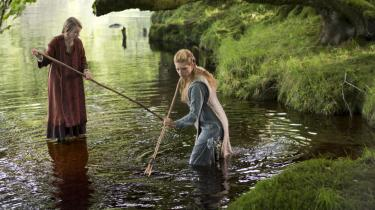 'Vikingerne var langt mere demokratisk indstillede end sakserne og frankerne, som allerede havde opbygget hierarkiske samfund. Vikingerne mødtes på tinge og tog demokratiske beslutninger, deres holdning til kvinder var meget mere oplyst, kvinderne kunne lade sig skille fra deres mænd, de kunne kæmpe side om side med mændene, de kunne regere,' siger   Michael Hirst, manuskriptforfatter til 'Vikings'.