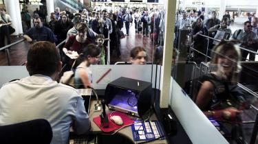 Årligt rejser godt 400 mio. mennesker fra lande uden for EU ind og ud af Unionens medlemslande. Der findes ikke et centralt register over indrejsende. Et nyt system, der kræver fingeraftryk af de indrejsende, vil gøre det nemmere for de rejsende at komme gennem pas- og grænsekontrol   samt at få fornyet deres visum