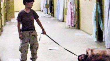 Et af de 1.000 billeder som Washington Post fik fat i fra amerikanske soldater i Irak i 2003. Kvinden, Lynndie England, har en nøgen mandlig irakisk fange i hundesnor i Saddam Husseins frygtede Abu Ghraib-fængsel. Det blev mere berygtet efter hans fald pga. besætternes amoralske opførsel