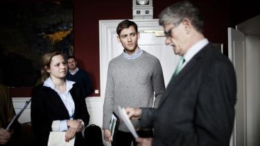 Helene Albinus Søgaard og Andreas Hastrup Clemmensen fra netværket 'Omstilling nu' afleverede i går en appel på Christiansborg – her til Folketingets formand, Mogens Lykketoft (S). Ønsket er at få politikerne til at fokusere mere på en bæredygtig fremtid.
