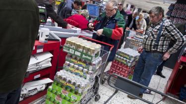 Danskejede Fleggaard advarer i helsides annoncer mod at sætte de danske afgifter på øl og sodavand ned. Det vil blandt andet koste arbejdspladser, lyder det.