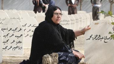 En irakisk kurdisk kvinde på gravpladsen for de 5.000 giftgasofre i Halabja 260 km nordøst for Bagdad.