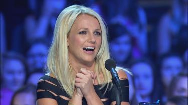 Britney Spears er dommer i den amerikanske udgave af X Factor. Og der er lagt op til at vi skal fejre en divas genkomst, en offentlig og endegyldig heling. Jeg opdager, at jeg leder efter spor af trash-Britney, kan den løse hud under hagen opfattes som et vidne. Det er en grov vens blik, det som leder efter fejl, der kan tilbagevise, at Britney er tilbage i udødeligheden.
